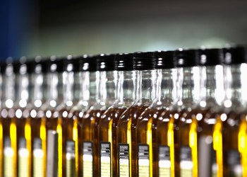 FILE PHOTO: Bottles of olive oil are lined in a factory in Dos Hermanas, near the Andalusian capital of Seville September 21, 2012. REUTERS/Marcelo del Pozo/File Photo