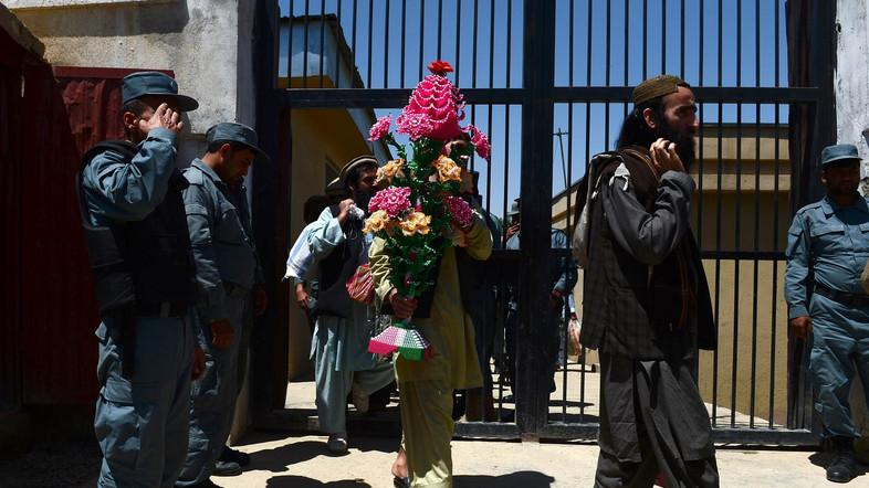 Afghan prisoners walk past security personnel as they leave Pul-e-Charkhi prison, on the outskirts of Kabul. (File photo: AFP)