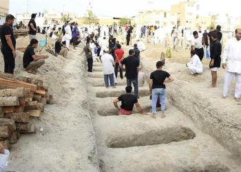Shia Muslims prepare graves during a mass funeral for victims of a suicide attack on a mosque in Qatif on May 25, 2015 [File: Reuters]