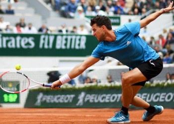 Austria's Dominic Thiem returns the ball to Serbia's Novak Djokovic during their men's singles semi-final match on day fourteen of The Roland Garros 2019 French Open tennis tournament in Paris on June 8, 2019. (AFP / Christophe Archambault)