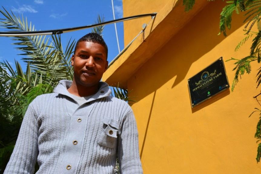 Ali al-Waheidi leitet die Ökolodge und das Bio-Café von Greening the Desert. (Marta Vidal / MEE)