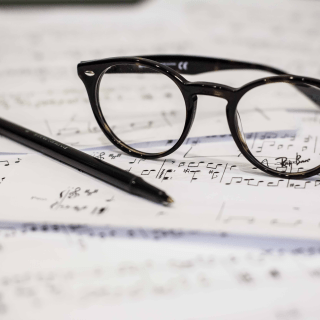 楽譜の上にメガネが置いてある画像