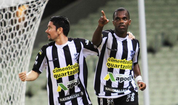 Após marcar o gol da vitória diante do Icasa, Tadeu comemora com os companheiros