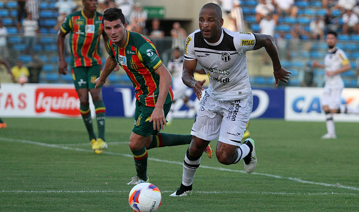 Titular e com a camisa 9, Rodrigo Silva se movimentou muito, mas não conseguiu marcar