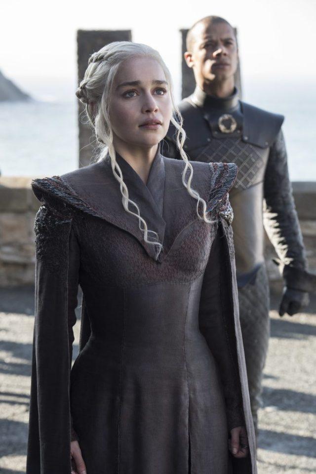 Daenerys-Targaryen-Emilia-Clarke-GoT-S7-Ep-01-683x1024 Game of Thrones: spin-off será lançada um ano depois do final da série!
