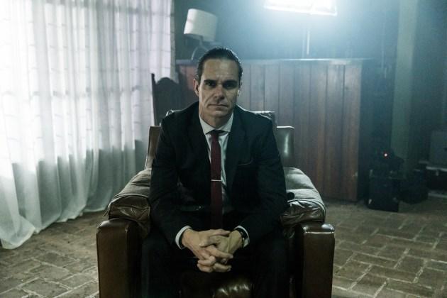 """Tony-Dalton-como-Roberto-%C3%81vila_HBO HBO DIVULGA AS PRIMEIRAS IMAGENS DA QUARTA E ÚLTIMA TEMPORADA DE """"SR. ÁVILA"""""""