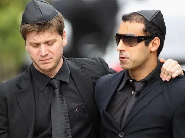 O impostor aparecendo na mídia internacional no funeral de Amy ...