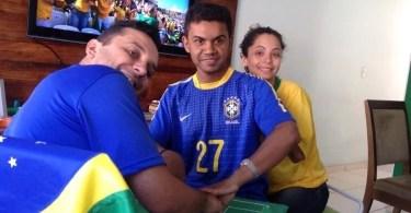 carlos de 26 anos e ajudado por helio e regiane a voltar a experimentar uma copa surdocego ele conseguiu enxergar a estreia do brasil na copa por meio do tato 1403092680676 750x500