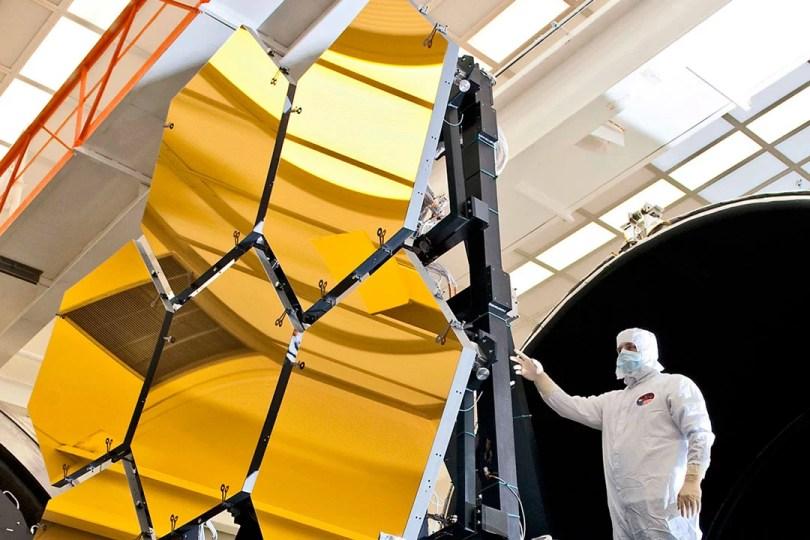 montagem dos expelhos 03 - Sérgio Sacani do Space Today explica a simulação do lançamento de James Webb