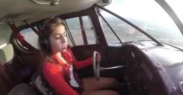 garota pilotando - Espetacular câmera a bordo de um ônibus espacial