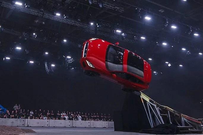jaguar Furthest barrel roll in a production vehicle Jaguar tcm25 481780 - Terry Grant: O primeiro motorista a dar 360 em um carro