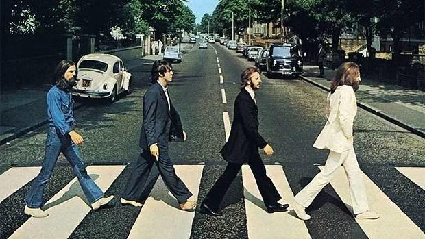 """Fotos, Curiosidades, Comunicação, Jornalismo, Marketing, Propaganda, Mídia Interessante beatles-abbey-road-620-original Projeto """"Found"""" visa achar pessoas que tiraram foto na rua dos Beatles Fotos e fatos Turismo  rua dos Beatles"""