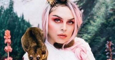 mulher com animal - Evolução da boneca Barbie desde 1959