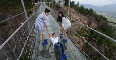 ponte de vidro na china aterroriza turistas - Youtuber brasileira Dóris Baumer é muita parecida com a holandesa Nienke
