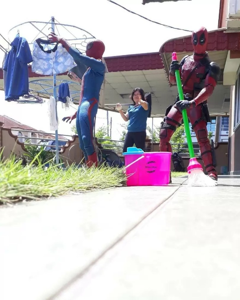 jogo de camera 21 - Homem tira fotos com super-heróis - Genial e engraçado!