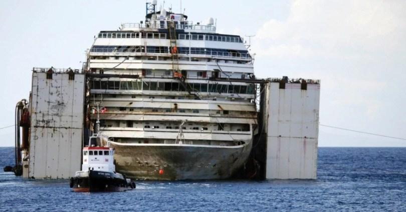 costaoc concordia 2 - Primeiras imagens do Costa Concordia depois de ser resgatado em 2014