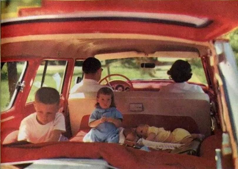 "vintage station wagon car 60s photography 9 5bb736130bf08  605 - Fotos Vintage que comprovam que os carros dos anos 60 eram ""Dá hora!"""
