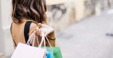 mulher comprando sapato mais caro do mundo compras shopping diamante - Uber se prepara para experimentar carros autônomos no Texas