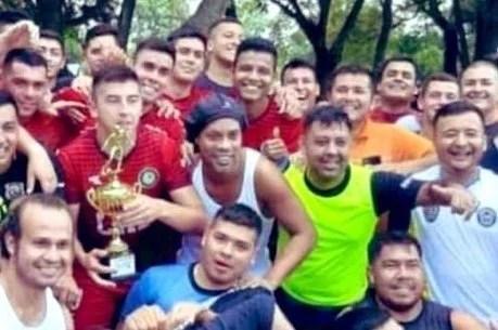 ronaldinho foi campeao em torneio de presidio - Ronaldinho é Campeão e melhor jogador em presídio do Paraguai
