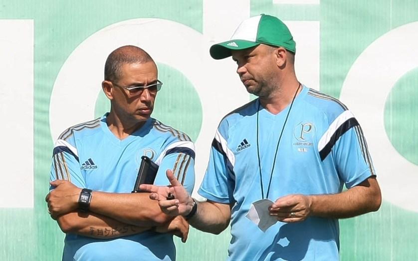 Altamiro Bottino (esq.) ao lado do preparador físico Ricardo Henriques (dir.) durante treinamento. (Cesar Greco/Ag. Palmeiras/Divulgação)