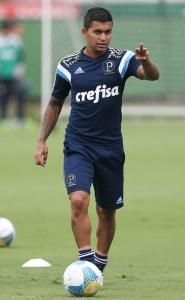 Dudu está entre os relacionados e no treino deste sábado (21) ensaiou algumas cobranças de falta ao lado de Zé Roberto e Robinho (Cesar Greco/Ag.Palmeiras/Divulgação)