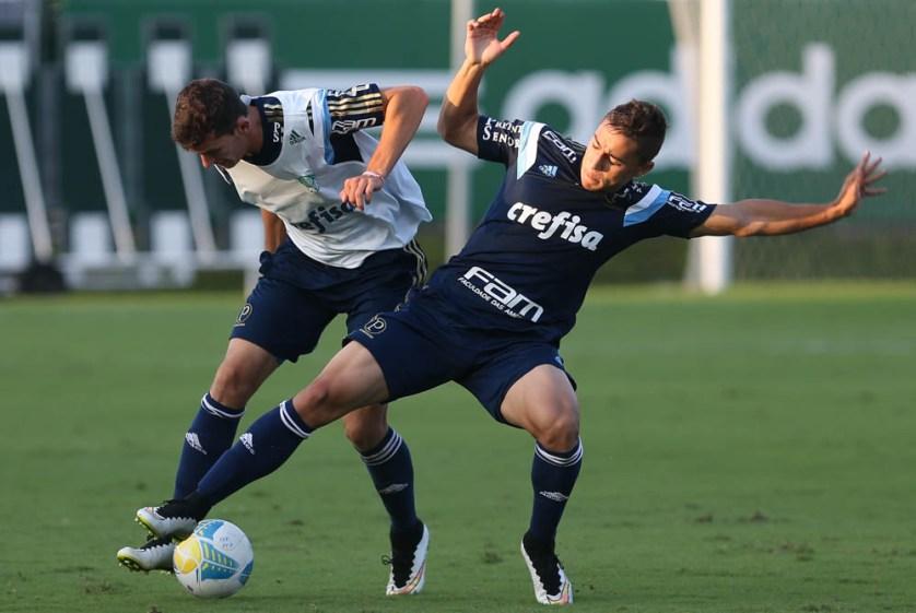 Reservas participaram de uma atividade em campo reduzido sob observação do técnico Oswaldo de Oliveira. (Cesar Greco/Ag Palmeiras/Divulgação)