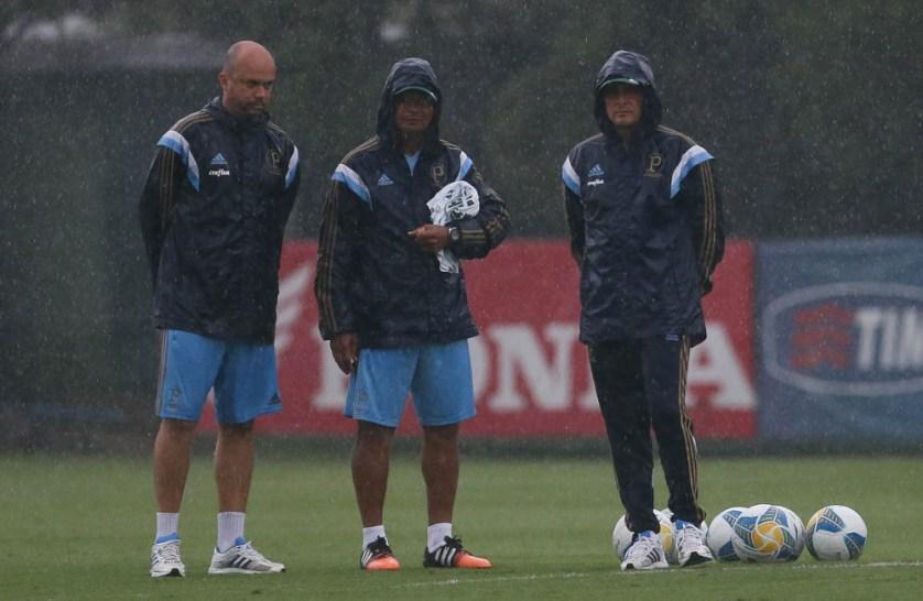 Oswaldo de Oliveira observa o treino debaixo de muita chuva na Academia de Futebol (Cesar Greco/Ag. Palmeiras/Divulgação)