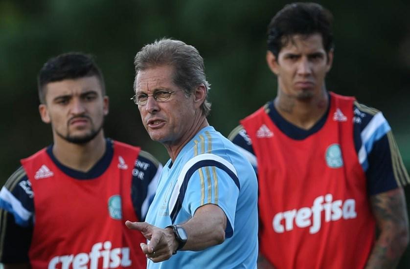 Técnico Oswaldo de Oliveira, no último treino antes do clássico. (Cesar Greco/Ag. Palmeiras/Divulgação)