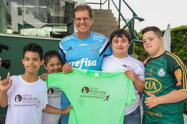 Oswaldo recebeu os torcedores com Síndrome de Down e participantes do Instituto Olga Kos. (Divulgação)