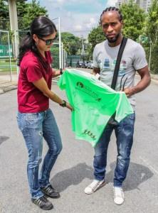Jogadores autografaram uma camiseta do Instituto Olga Kos. (Divulgação)