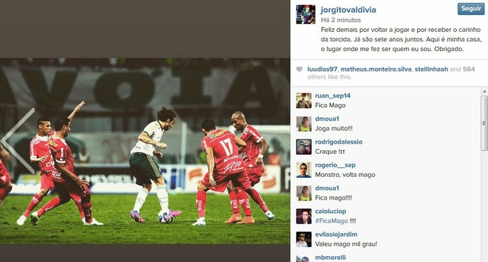 Valdivia posta foto do GloboEsporte.com em rede social celebrando seu retorno aos gramados (Reprodução)