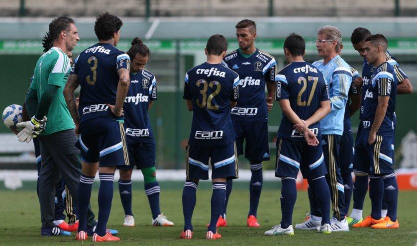 Alexandre Mattos e Oswaldo falaram com os jogadores antes do início do treino (Cesar Greco/Ag Palmeiras/Divulgação)