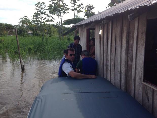 Entrega de cestas básicas foi realizada de barco para comunidades ribeirinhas. (Divulgação)