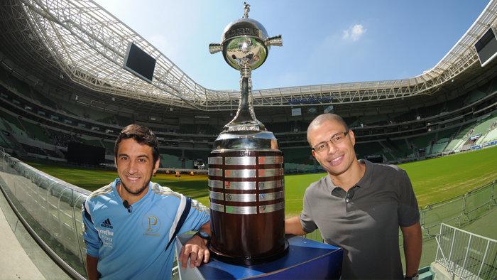 Alex e Robinho posaram com a taça da Libertadores de 1999. (Gabriel Bertolo/Divulgação)