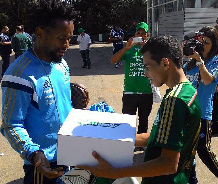 Mikael Lima recebeu um plano de sócio-torcedor Avanti das mãos do jogador Zé Roberto. (Divulgação)