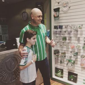 São Marcos tirou fotos e deu autógrafos para os torcedores na loja oficial do Verdão. (Reprodução)