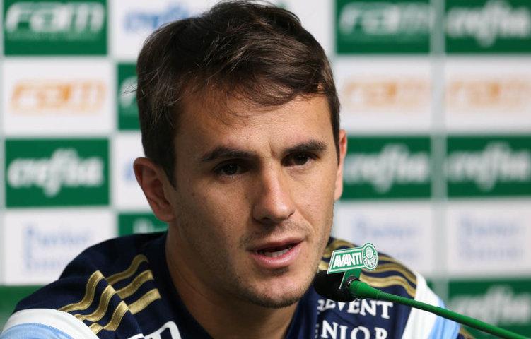 Lucas concedeu entrevista coletiva na Academia de Futebol na tarde desta segunda-feira (26). (Cesar Greco/Ag.Palmeiras/Divulgação)
