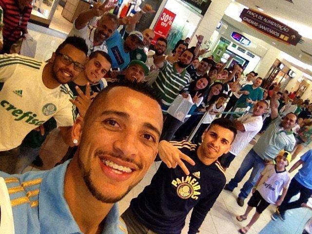 Vitor Hugo compareceu a evento com presença de torcedores palmeirenses na Academia Store de Guarulhos. (Divulgação)