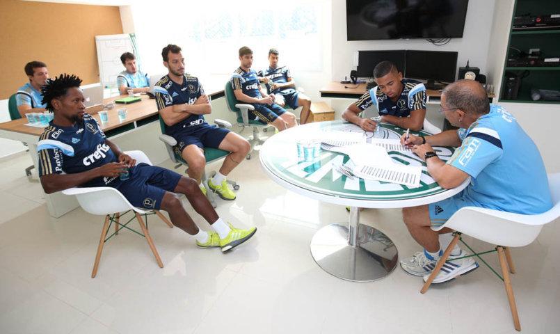 Novos contratados, como o zagueiro Edu Dracena, e remanescentes de 2015 se apresentaram na Academia de Futebol. (Cesar Greco/Ag.Palmeiras/Divulgação)