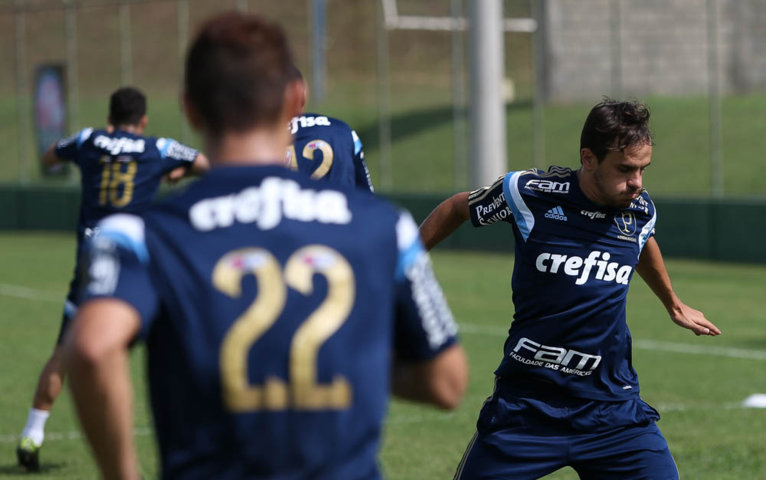 Os jogadores treinaram sobretudo em atividades de raciocínio em campo reduzido. (Cesar Greco/Ag Palmeiras/Divulgação)