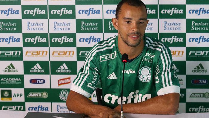 Novo reforço para a zaga, Roger Carvalho foi apresentado oficialmente nesta terça (12). (Cesar Greco/Ag.Palmeiras/Divulgação)