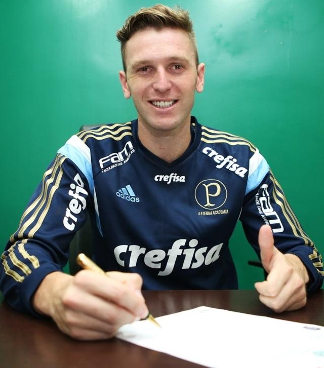 Novo reforço, Fabiano elogiou Verdão e assinou contrato até o final do ano. (Fabio Menotti/Ag.Palmeiras/Divulgação)