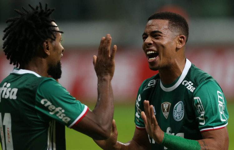 Gabriel Jesus agradeceu o cruzamento de Zé Roberto para seu primeiro gol. (Cesar Greco/Ag. Palmeiras/Divulgação)