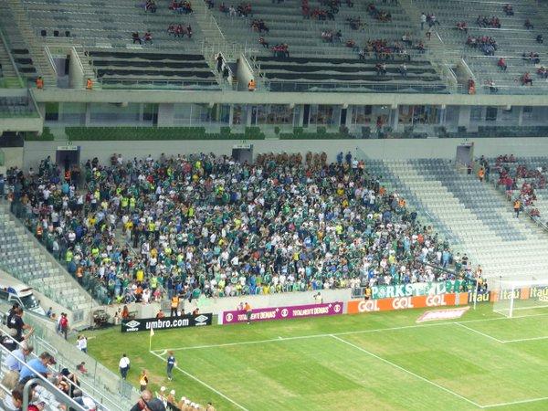 Torcida do Palmeiras presente em grande número na Arena da Baixada. (Reprodução/@Monique_Silva/Twitter)