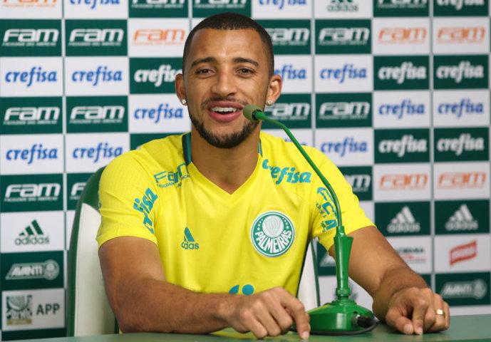 O zagueiro-artilheiro Vitor Hugo concedeu entrevista coletiva na Academia de Futebol. (Cesar Greco/Ag Palmeiras/Divulgação)