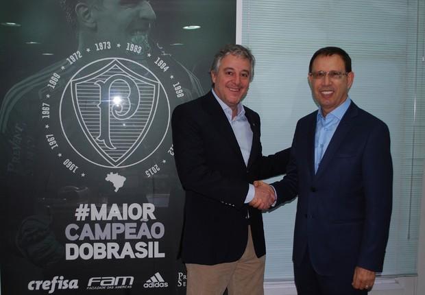 O presidente Paulo Nobre e Carlos Wizard firmaram a parceria para rede palmeirense de escolas de futebol. (Divulgação)