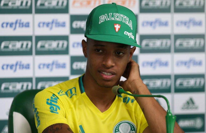 Após o treino, o volante Tchê Tchê concedeu entrevista coletiva na Academia de Futebol. (Cesar Greco/Ag Palmeiras/Divulgação)