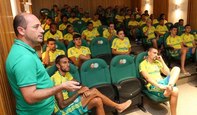 O gerente de futebol Cícero Souza falou para jogadores e comissão técnica. (Cesar Greco/Ag Palmeiras/Divulgação)