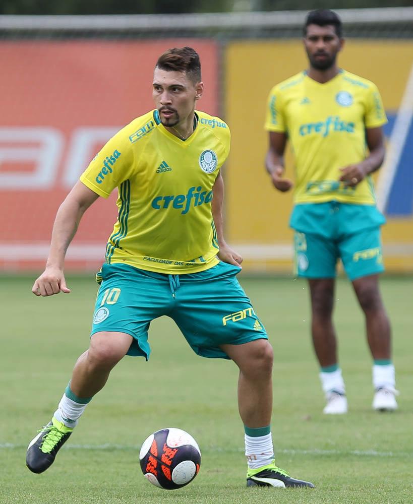 O meia Moisés voltou a trabalhar com bola nesta quarta-feira (08). (Cesar Greco/Ag Palmeiras/Divulgação)