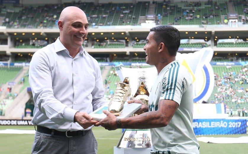 Dudu recebeu a homenagem das mãos de Maurício Galiotte. (Cesar Greco/Ag Palmeiras/Divulgação)